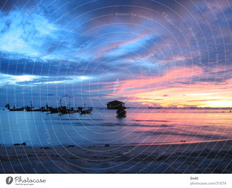 Sonnenaufgang am Strand Meer Wolken Sand Wasserfahrzeug