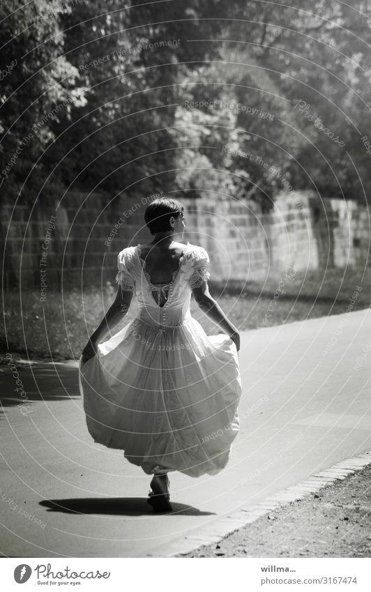 kurzhaarige Frau in nostalgischem brautkleid geht ihren Weg, Rückansicht Braut Brautkleid Hochzeit feminin Erwachsene Wege & Pfade langes Kleid gehen lustig