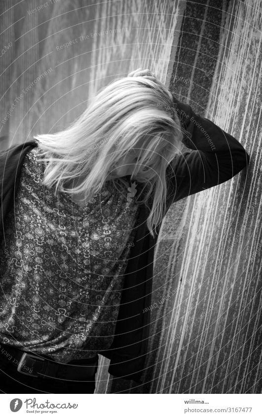 junge blonde frau lehnt sich traurig an eine wand - weltschmerz? Junge Frau Jugendliche Erwachsene Mauer Wand langhaarig Langeweile Traurigkeit Müdigkeit