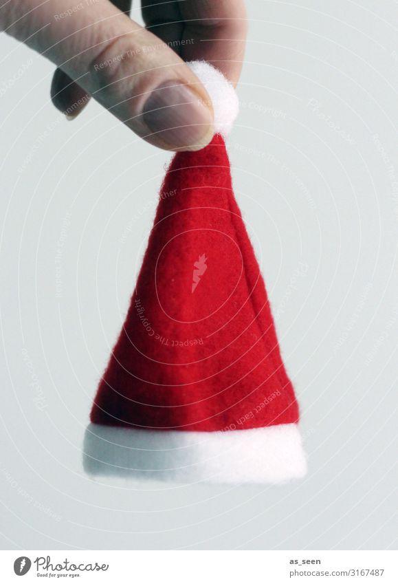 Ho Ho Ho Hand Winter Nikolausmütze festhalten hängen ästhetisch authentisch Fröhlichkeit grau rot weiß Gefühle Vorfreude Geborgenheit Romantik Design Farbe