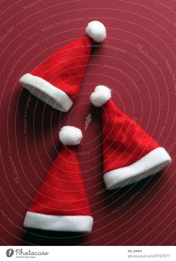 Drei Weihnachtsmützen Weihnachten & Advent Farbe weiß rot Freude Lifestyle Gefühle Feste & Feiern Design Dekoration & Verzierung modern liegen Kindheit