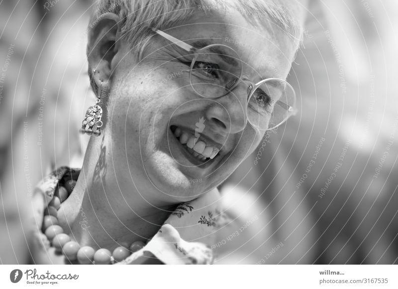 Lebensfreude im reifen Alter Frau Lächeln Freundlichkeit Gesicht Ohrringe Brille Halskette Perlenkette grauhaarig weißhaarig kurzhaarig lachen Fröhlichkeit