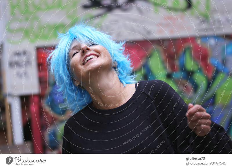 Man muss das Leben tanzen | UT HH19 Frau Mensch blau schön Freude Erwachsene Graffiti lachen Glück Freiheit Lächeln 45-60 Jahre Lebensfreude genießen Tanzen