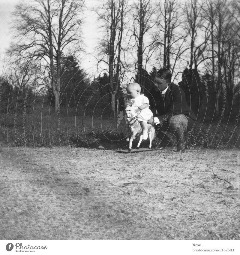 Die Welt von oben Kindererziehung maskulin Baby Mann Erwachsene Vater 2 Mensch Umwelt Landschaft Schönes Wetter Park Wege & Pfade beobachten hocken Spielen