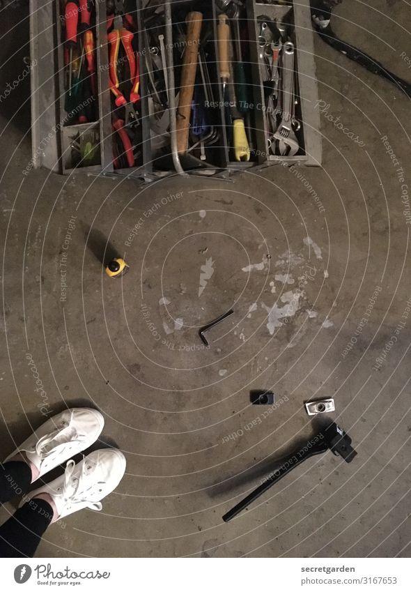 Der Ständer hält einfach nicht. Freizeit & Hobby Basteln schrauben Raum Keller Werkzeug Hammer feminin Frau Erwachsene 1 Mensch Bodenbelag Turnschuh Beton