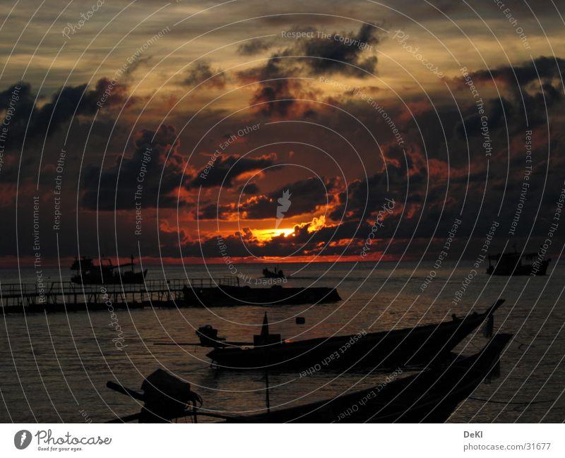 Sonnenuntergang am Strand III Wasser Sonne Strand Wolken Wasserfahrzeug Graffiti