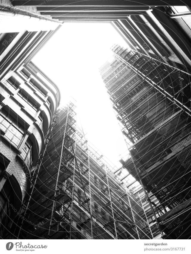 Lichtblick Baustelle Froschperspektive Hamburg Gerüst Architektur architektonisch Architekturfotografie Architektur und Gebäude Außenaufnahme Menschenleer