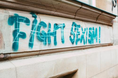 Fight Sexism! Graffiti Lifestyle Mensch Junge Frau Jugendliche Erwachsene Weiblicher Senior Menschengruppe Kunst Kunstwerk Gemälde Medien sprechen trendy