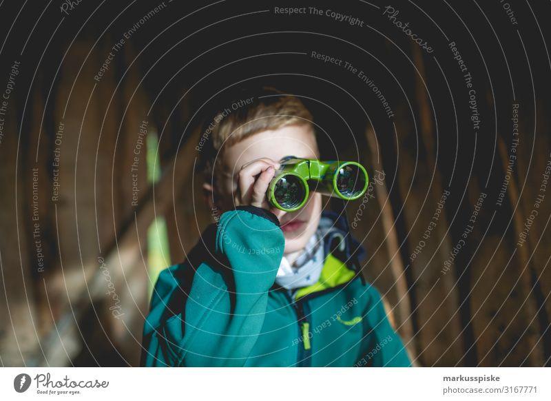 Junge schaut durch ein Fernglas Freizeit & Hobby Spielen Abenteuer Ferne Freiheit Garten Kindererziehung Bildung Kindergarten Mensch maskulin Körper Kopf Arme