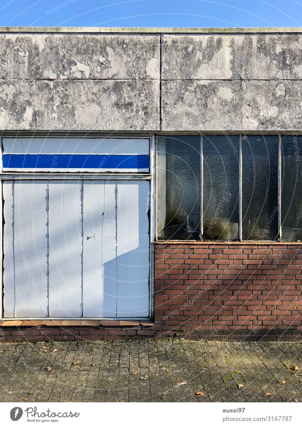 Terassenglück Fenster Schaufenster Menschenleer Einsamkeit gehen Unbewohnt vernagelt verbrettert Lagerhalle Schatten Insolvenz Armut geschlossen