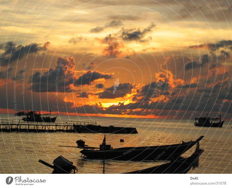 Sonnenuntergang am Strand I Wasser Sonne Strand Wolken Wasserfahrzeug Graffiti