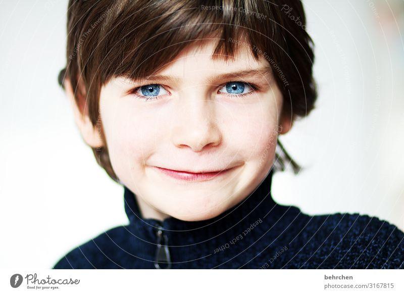 ein lächeln frech Liebe Innenaufnahme Farbfoto hübsch neugierig Neugier aufmerksam blaue augen Nahaufnahme Kind Junge Familie & Verwandtschaft Kopf Kindheit