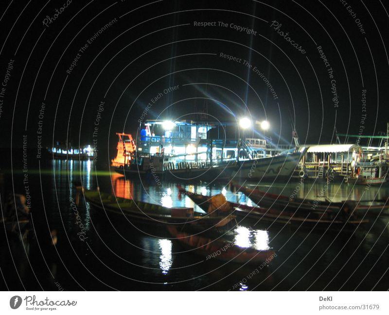 Nachts am Pier Wasserfahrzeug Anlegestelle Schifffahrt Scheinwerfer Fähre ankern