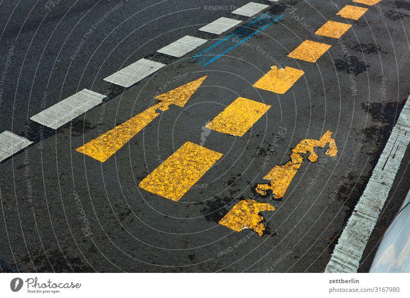 Rechts oder gerade? abbiegen Asphalt Autobahn Ecke Fahrbahnmarkierung Hinweisschild Kurve Linie links Schilder & Markierungen Menschenleer Navigation
