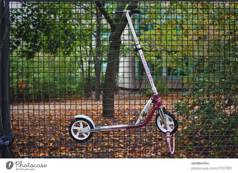 Angeschlossener Roller Parkplatz Erholung aufbewahren Grenze Herbst hängen Kindergarten Maschendrahtzaun Menschenleer parken Tretroller Schulgebäude Schulhof