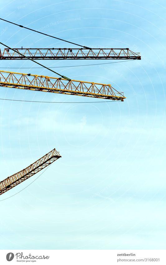 Drei Kräne Kran 3 Ausleger Baustelle Gewerbe Himmel Himmel (Jenseits) Textfreiraum Menschenleer Geometrie Ecke hervorragend Strebe Hochbau Ingenieurwesen