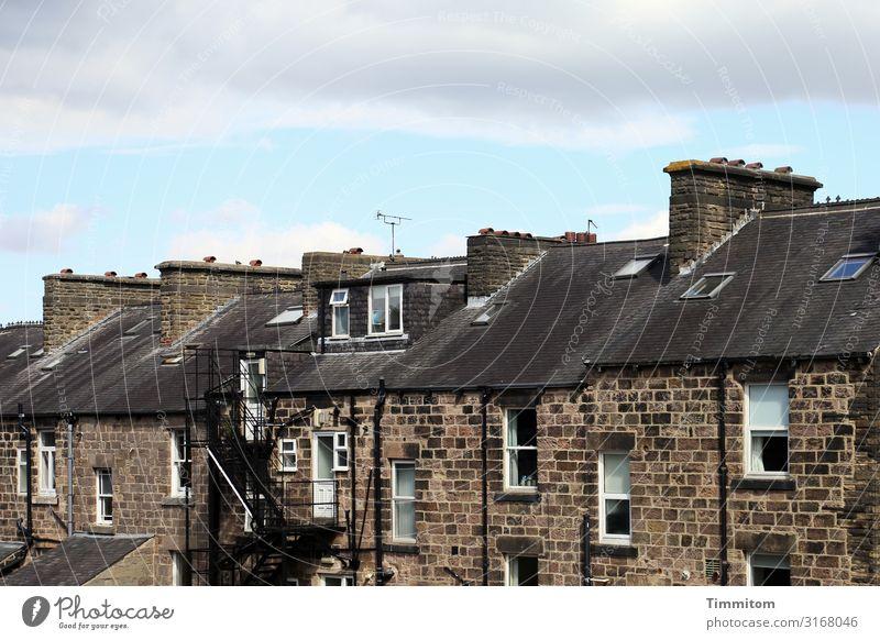 Häuserzeile Himmel Großbritannien Yorkshire Stadt Haus Stein blau braun schwarz weiß Gefühle Kamin Schornstein Autofenster Notausgang Farbfoto Außenaufnahme
