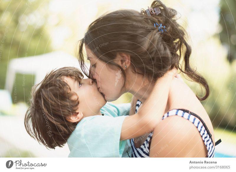 Mutter und Sohn küssen sich an einem Sommertag Lifestyle Glück Garten Muttertag Kind Mensch Junge Frau Erwachsene Eltern Familie & Verwandtschaft Kindheit 2