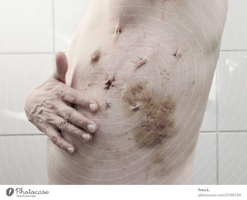 Wundheilung Körperpflege Gesundheit Gesundheitswesen Mensch maskulin Brust Hand 1 45-60 Jahre Erwachsene Reinigen stehen authentisch außergewöhnlich dünn