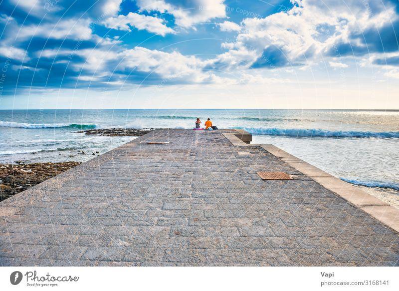 Ein paar Leute sitzen auf dem Steinpier. Lifestyle Freude Glück schön Freizeit & Hobby Ferien & Urlaub & Reisen Tourismus Ausflug Abenteuer Ferne Freiheit