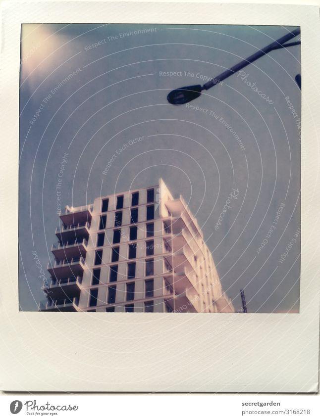 oldschool Baustelle Himmel Wolkenloser Himmel Sommer Hamburg Stadt Menschenleer Haus Bauwerk Gebäude Architektur Beton stehen hoch blau Straßenbeleuchtung