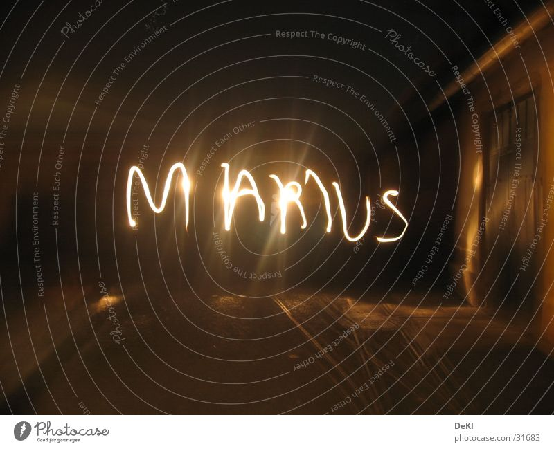 Name im Dunkel dunkel Taschenlampe Licht Langzeitbelichtung Gleise obskur Marius Reaktionen u. Effekte