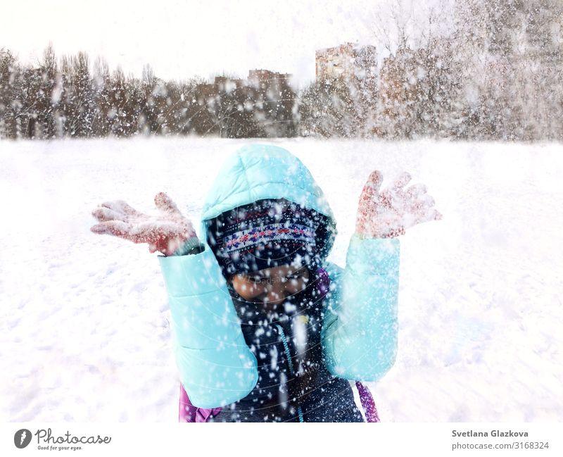 Teenagermädchen im Winter: Spaß im Freien und Schneewerfen Freude Glück Spielen Ferien & Urlaub & Reisen Kind Kindheit Natur Fröhlichkeit niedlich weiß