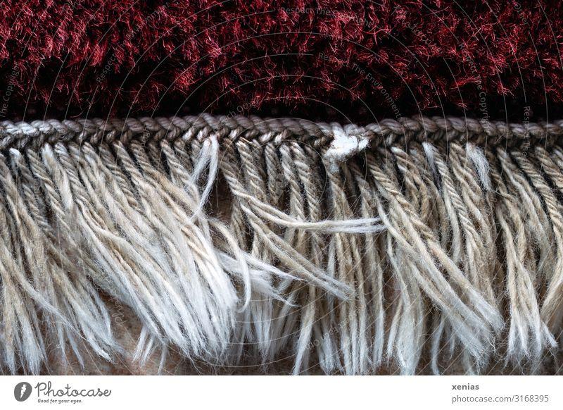 Fransen am Teppichrand Häusliches Leben Raum Teppichfranse Bodenbelag weich rot weiß geknüpft fransig Gedeckte Farben Innenaufnahme Nahaufnahme Detailaufnahme