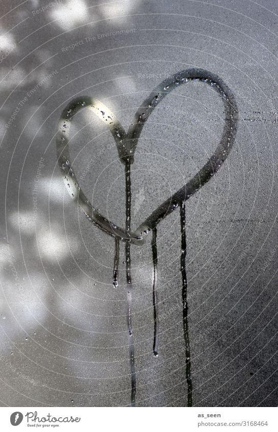 Weinendes Herz Herbst Winter Fenster authentisch nass grau schwarz weiß Gefühle Warmherzigkeit Sympathie Liebe Verliebtheit Romantik Traurigkeit Trauer