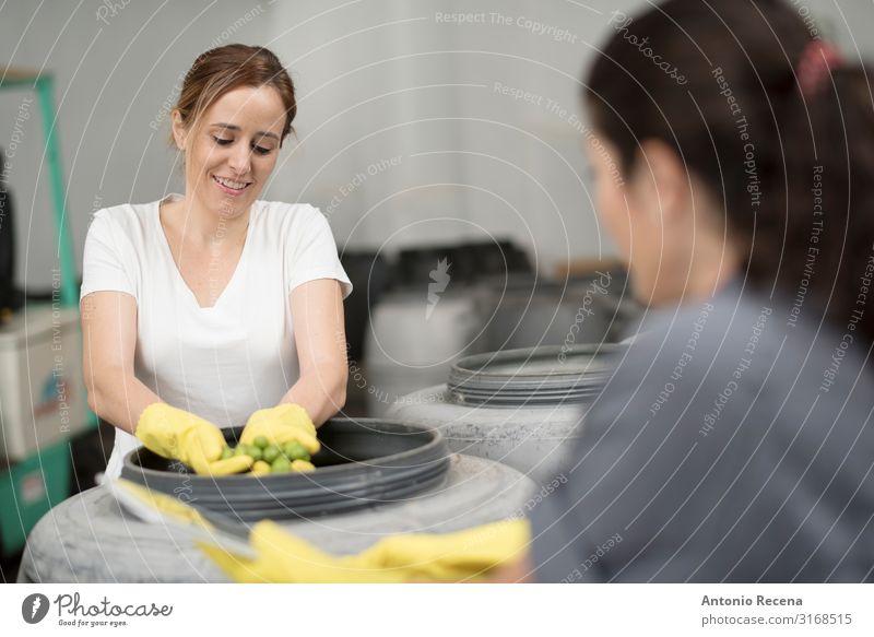 Arbeiterinnen, die die Fermentierung der Oliven kontrollieren Frucht Arbeit & Erwerbstätigkeit Beruf Arbeitsplatz Fabrik Industrie Business