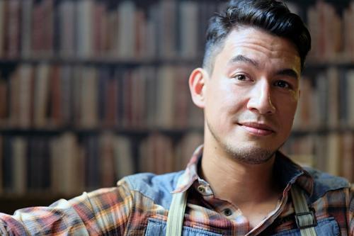 Portrait vor Bücherwand Mensch Mann Erholung ruhig Gesicht Erwachsene maskulin Buch einzigartig Coolness Freundlichkeit Hemd schwarzhaarig Vorsicht Bibliothek