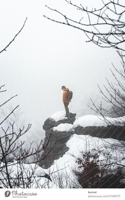 Ein Mann und ein Fels Mensch Natur Erholung ruhig Winter Lifestyle Erwachsene Leben kalt Schnee Freiheit Felsen Ausflug Zufriedenheit Freizeit & Hobby