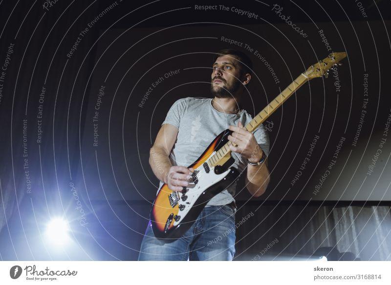 Gitarrist tritt bei einem Musikkonzert auf. Lifestyle kaufen Freizeit & Hobby Spielen Nachtleben Entertainment Party Veranstaltung Feste & Feiern Geburtstag