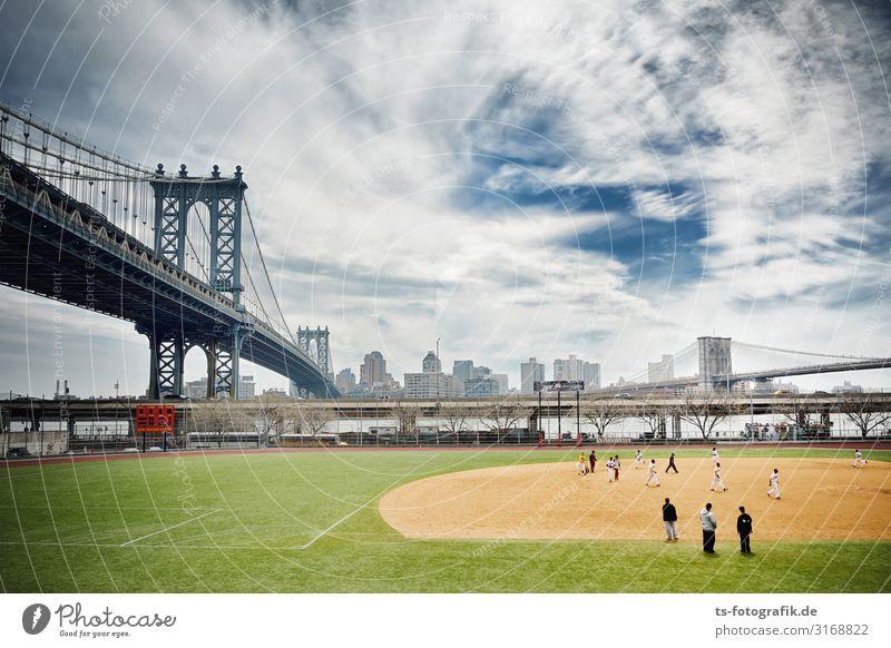 Manhattan Bridge and Baseball Pitch Sport Ballsport Sportveranstaltung Baseballspieler Sportstätten Wolken Flussufer New York City USA Brücke Bauwerk