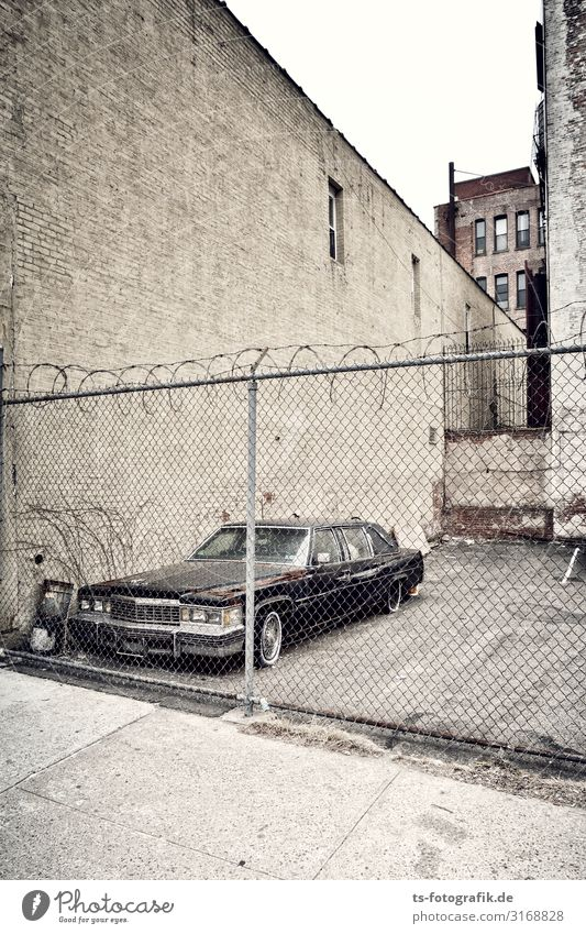 Dauerparker in der Bronx alt Stadt Wand Mauer braun Fassade PKW Verkehr retro Wandel & Veränderung Güterverkehr & Logistik fahren Risiko Stadtzentrum Zaun