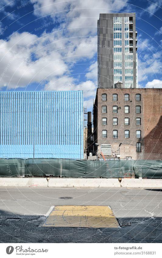 Kunstwerk oder Bauwerk? Baustelle Umwelt Himmel Wolken New York City USA Stadtzentrum Menschenleer Haus Hochhaus Gebäude Architektur Mauer Wand Fassade Fenster
