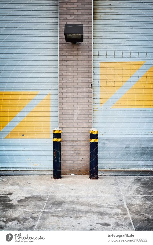 Gelbe Dreiecke wollen Quadrate werden New York City Haus Park Bauwerk Gebäude Architektur Garagentor Mauer Wand Fassade Tür Rolltor Rollladen Metall Backstein