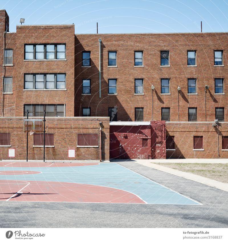 School's out in New York City blau Stadt Haus Fenster Architektur Wand Sport Gebäude Spielen Schule Mauer braun Fassade rosa USA Schulgebäude