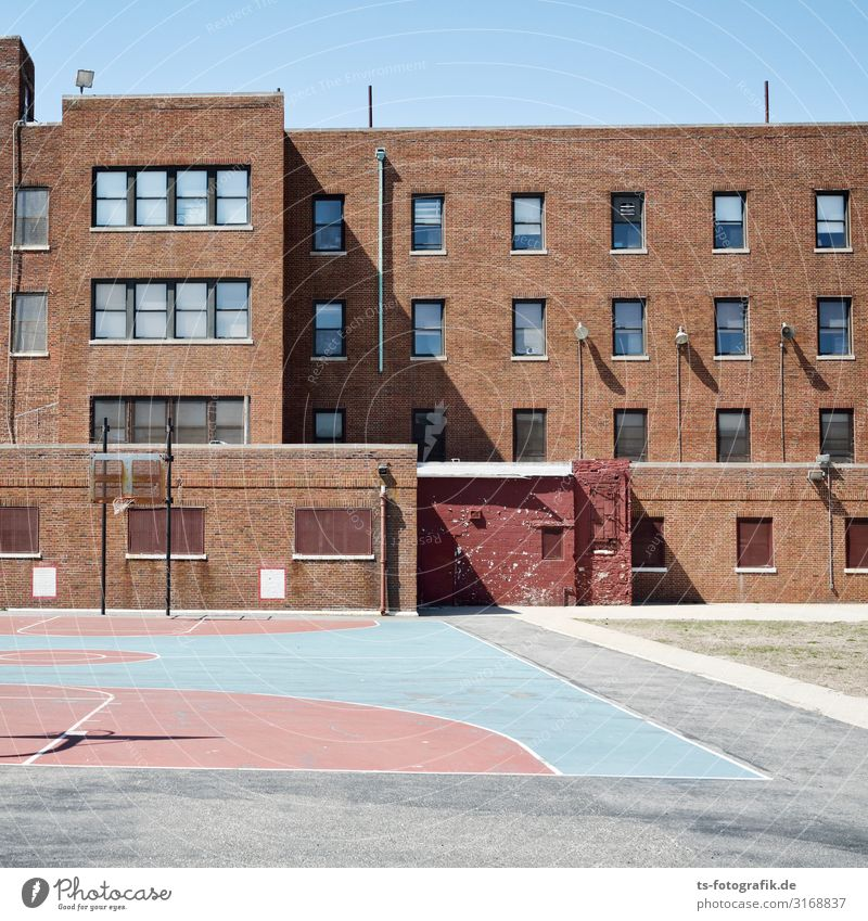 School's out in New York City Sport Ballsport Sportstätten Basketballplatz Kindererziehung Bildung Schule Schulgebäude Schulhof USA Stadt Haus Spielplatz