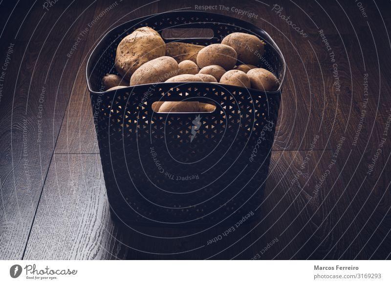 Hausgemachte Bio-Kartoffeln in einem Korb auf Holzboden Lebensmittel Gemüse Ernährung Vegetarische Ernährung Diät Gesunde Ernährung Garten Innenarchitektur