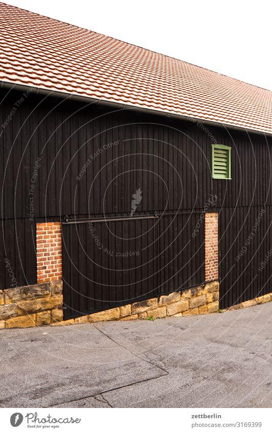 Scheune Dorf Stadt Kleinstadt Haus Gebäude Lager Halle Lagerhalle Stall Neigung Berghang Dach Fenster Wand Menschenleer Textfreiraum Tür Tor Eingang Ausgang