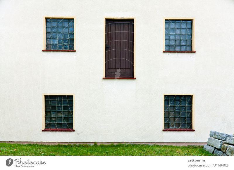 Notausgang Haus Wohnhaus Gebäude Wand Dachgiebel Fassade Fenster Tür Ausgang Eingang Menschenleer Textfreiraum Fehler Vorschrift rettungsweg