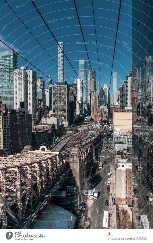 Fahrt mit der Roosevelt Island Tram Ferien & Urlaub & Reisen Tourismus Sightseeing Städtereise Stadt Hauptstadt Stadtzentrum Skyline bevölkert Hochhaus Brücke