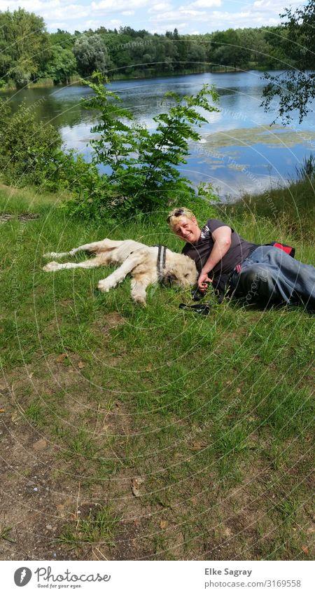 Mein Seelenhund Dukan feminin Frau Erwachsene 1 Mensch 45-60 Jahre Wiese Seeufer Haustier Hund Tier berühren Kommunizieren liegen authentisch Glück Freude