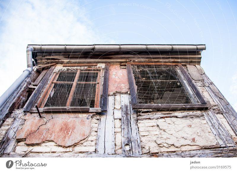 himmlische aussichten. Lifestyle Baustelle Himmel Schönes Wetter Altstadt Menschenleer Haus Traumhaus Hütte Ruine Mauer Wand Fassade Fenster Dachrinne Netzwerk