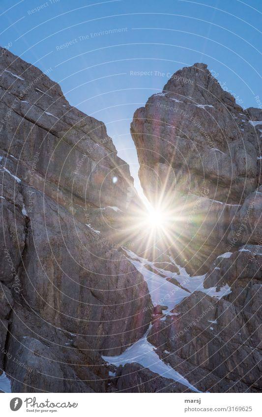 Der große Durchbruch Natur blau Einsamkeit Winter Berge u. Gebirge kalt natürlich außergewöhnlich Felsen elegant Kraft Erfolg authentisch Schönes Wetter