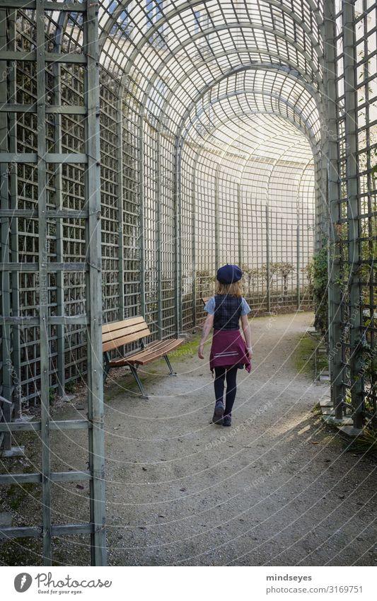 Ein Mädchen läuft durch einen Park Tourismus Städtereise Kindheit 3-8 Jahre Paris Gitter Arkaden Parkbank Mode Baskenmütze blond beobachten entdecken gehen
