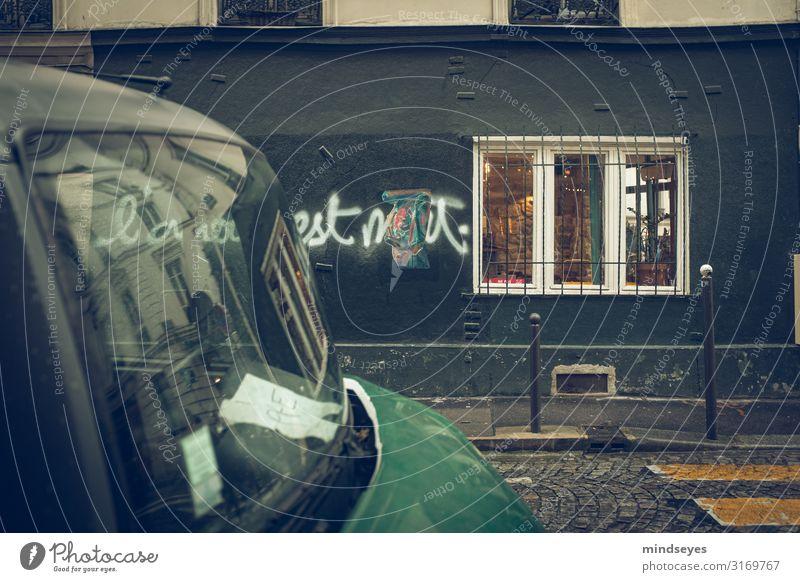 Verregnete Strasse in Paris Tourismus Großstadt Stadt Fassade Fenster Zebrastreifen PKW alt entdecken einzigartig kaputt nass retro grün schwarz Einsamkeit