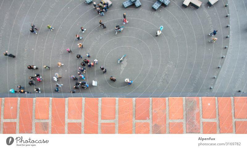 Viel Harmonie | UT HH19 Mensch maskulin feminin Menschenmenge Stadt Architektur Mauer Wand hoch Traurigkeit Sorge Trauer Höhenangst Zukunftsangst
