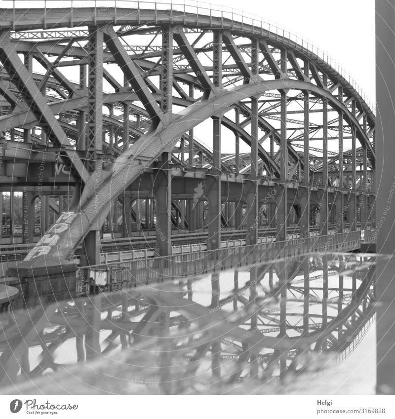 Elbbrücken Hamburg mit Spiegelung in einer Pfütze Stadt Hafenstadt Brücke Bauwerk Architektur Verkehrswege Straße Schienenverkehr stehen authentisch